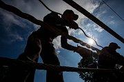 Erwin Gurschler , specialista z italské firmy Redaelli, zaplétal 18. září se svými pomocníky ocelové lano na nové čtyřsedačkové lanovce v Černém Dole v Krkonoších. Lano o celkové délce 2200 metrů s průměrem 40 milimetrů ponese celkem 78 sedaček. Nová odpo