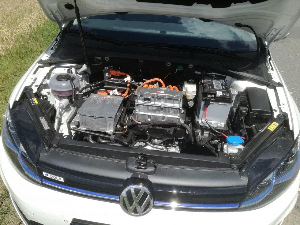 Pod kapotou e-Golfa se skrývá elektromotor.