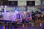 Sebevrazi odpálili na letišti v Istanbulu bomby.