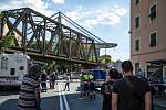 V oblasti Janova, kde se most zřítil, probíhají rozsáhlé záchranářské práce. Evakuováno bylo přes 630 lidí.