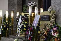 Poslední rozloučení se zesnulým hercem a zpěvákem Karlem Fialou.