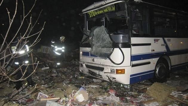 Autobus pražské integrované dopravy dopravy dnes večer narazil v Kobylisích do novinového stánku v Horňátecké ulici