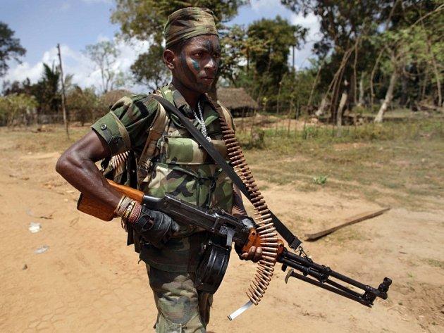 Srílanský voják s kulometem během bojů s tamilskými povstalci.