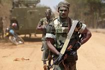 Srílanský kulometník míří k frontové linii v v Puthukudiyiruppu, kde kladou odpor poslední z tamilských povstalců.