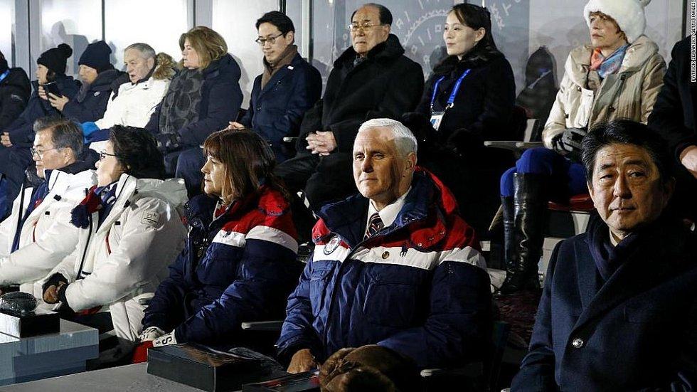 Americký viceprezident Mike Pence se k Kim Jo-čong (druhá zprava v horní řadě), sestře  Kim Čong-una přiblížil na zahajovacím ceremoniálu.