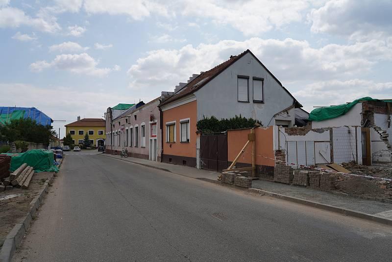 Měsíc po ničivém tornádu už poničené jihomoravské obce Lužice, Mikulčice, Moravská Nová Ves, Hrušky a hodonínský Pánov částečně prokoukly. Práce na zasažených budovách či hřbitovech je ale stále hodně.
