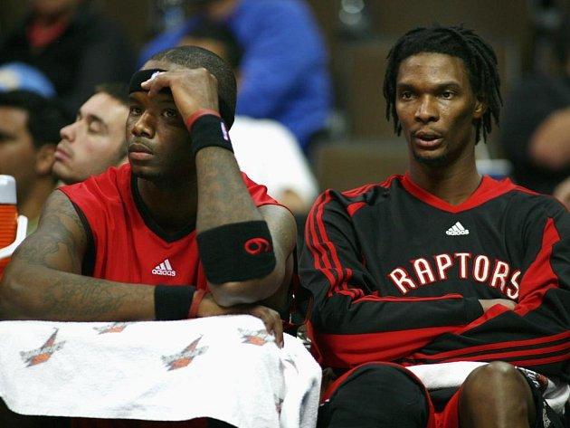 Útočníci Jermaine O'Neal (vlevo) a Chris Bosh nevěřícně přihlížejí vysoké porážce Toronta.