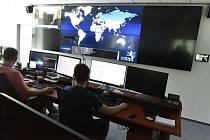 Národní úřad pro kybernetickou a informační bezpečnost, pohled do monitorovací místnosti. Ilustrační snímek