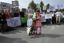 Demonstrace proti kácení v národním parku Šumava se uskutečnila 5. srpna před ministerstvem životního prostředí v Praze.