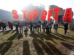 Protesty před sídlem parlamentu ve Štrasburku proti dohodě CETA.