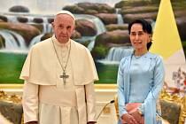 Papež František a barmská vůdkyně Su Ťij