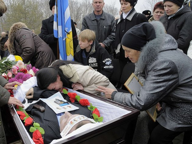 Pohřeb jedné z obětí na ruské ponorce Něrpa.