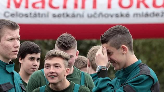 7. ročník celostátního soutěžního klání učňovské mládeže MACHŘI ROKU. Souboj 30 družstev v kategoriích truhlář a malíř-natěrač. SOŠ stavební a zahradnická na Jarově.