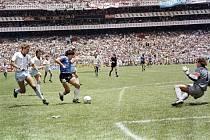 Diego Maradona ve čtvrtfinále MS 1986 proti Anglii. Dal v něm dva góly. Jeden z nich rukou a druhý po neskutečném slalomu přes půl hřiště.