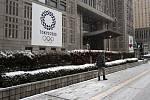 Olympijský poutač během sněhové přeháňky v Tokiu 29. března 2020.