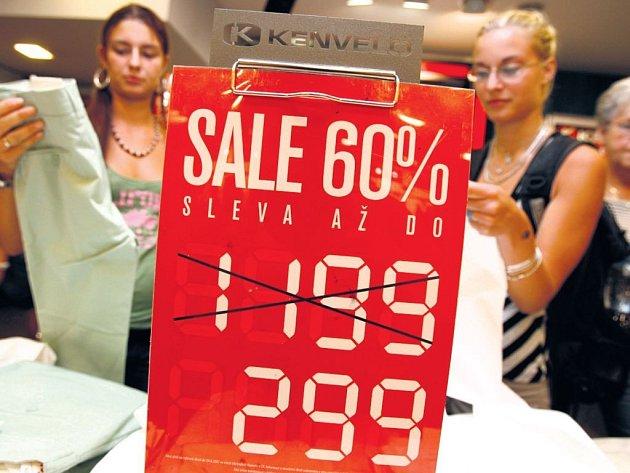 VÝHODNÉ NÁKUPY KONČÍ. Období, kdy bylo možné ve výprodeji koupit zboží za méně než polovinu původní ceny, je pryč. Obchodníci se na sklonku léta pomalu, ale jistě chystají na Vánoce.
