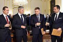 Slovenskou vládní koalici tvořily po volbách na jaře 2016 čtyři strany. V září téhož roku z ní vypadla strana Sieť, kterou opustili téměř všichni poslanci Národní rady SR.