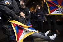 Švýcarská policie dnes v Bernu zadržela 32 Tibeťanů a Švýcarů protestujících proti návštěvě čínského prezidenta Si Ťin-pchinga.