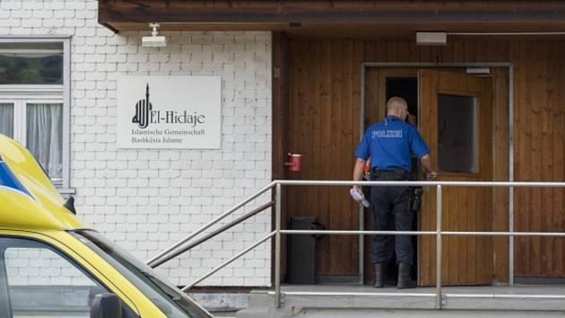 V mešitě v severošvýcarském městě St. Gallen byl dnes zastřelen člověk. Policie krátce po činu zadržela podezřelého, který podle portálu Švýcarského rozhlasu a televize ještě držel v ruce pistoli.