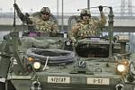 Američtí vojáci na obrněném transportéru Stryker - ilustrační foto.