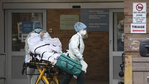 Záchranáři převáží pacienta ve zdravotnickém centru v New Yorku, 6. května 2020