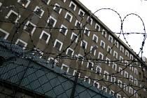 Místo za katr si trest odejdete odsedět k sobě domů. Proč? Ministerstvo spravedlnosti chce nejenom ulehčit přeplněným věznicím, ale především napravit skutečnost, že zbytečný pobyt za mřížemi kvůli maličkosti může vést až k rozpadu rodiny pachatele.