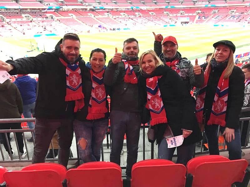 Hana Kafková z Velké Bukové s přáteli ve Wembley