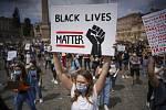 Ačkoli hnutí Black Lives Matter funguje již zhruba sedm let, jeho aktivity nabraly na intenzitě po zabití Georga Floyda policistou, který se jej snažil znehybnit.