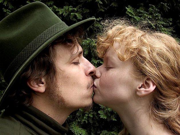 LESNÍ MILENCI. Anyna (Anna Linhartová) a Ludva (Tomáš Vorel ml.) se do sebe velmi zahleděli.