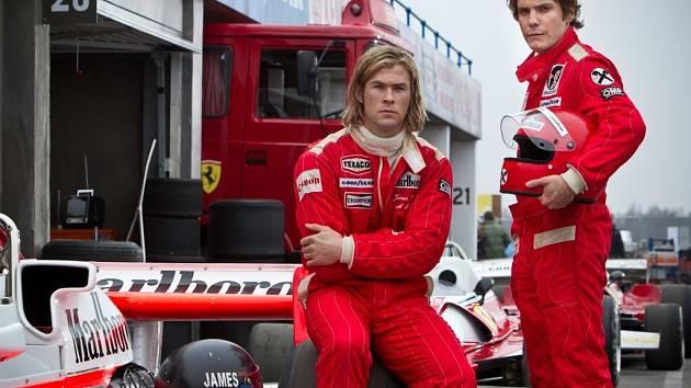 MISTŘI.  Dva rivalové respektující se navzájem: James Hunt (Chris Hemsworth) a Niki Lauda (Daniel Brühl).
