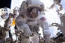Vesmírná rekordmanka Peggy Whitsonová při spacewalku.