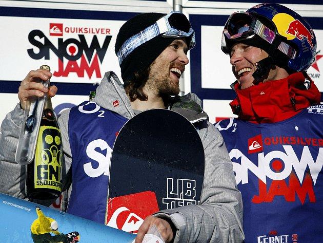 Švédský závodník Jakob Wilhelmson (vlevo) se raduje z vítězství spolu s druhým Martinem Černíkem v největší snowboardové akci v republice SnowJam