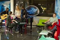 Šestnáct soutěžících nové éry SuperStar, kteří postoupili z Divadla a Dlouhé cesty, se už v neděli večer představí v prvním přímém přenosu této show televize Nova.