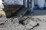 Snímek, který se na různých serverech objevuje jako ilustrace zprávy o smrti pětiletého dítěte. Snímek pochází údajně z produkce ruské agentury TASS a má zachycovat bombardovaný dům na východní Ukrajině