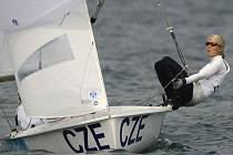 Lenky Mrzílová a Šmídová (za plachtou) jsou po desátém závodu na šestém místě.
