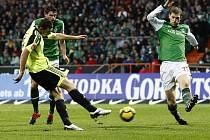 Útočník Wolfsburgu Edin Džeko (vlevo) střílí jeden ze svých dvou gólů do sítě Brém.
