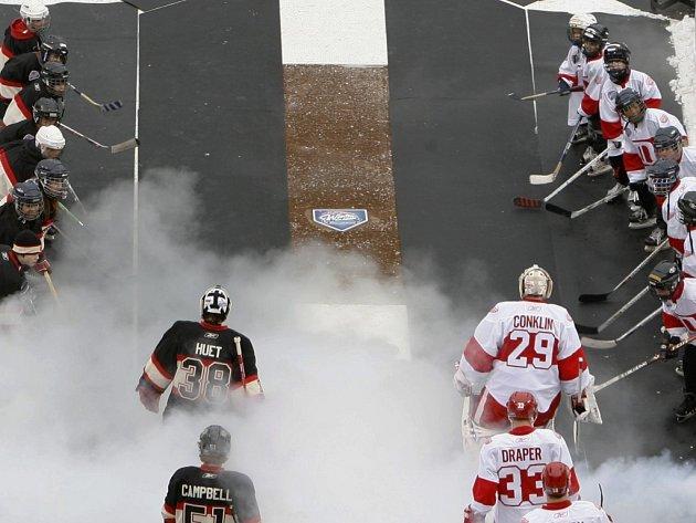 Hokejisté Chicaga a Detroitu nastupují na ledovou plochu před zápasem Winter Classic pod širým nebem.