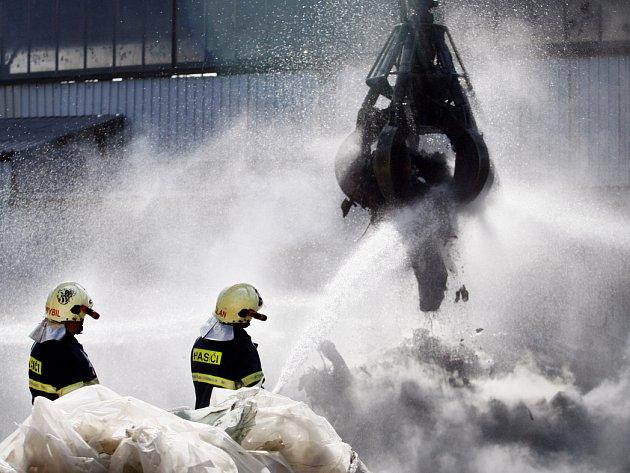Hasiči likvidovali 28. srpna v pražských Dolních Měcholupech požár skládky plastů v recyklačním areálu i přilehlé haly.