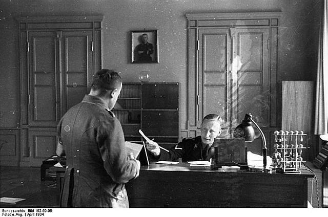 Na sklonku září 1941 přišel do Prahy nový zastupující říšský protektor Reinhard Heydrich. S jeho příchodem se pojí vyhlášení prvního stanného práva, v jehož důsledku začalo popravování českých vlastenců