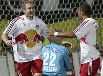 Karle Piták (vlevo) se raduje z gólu v rakouské lize.