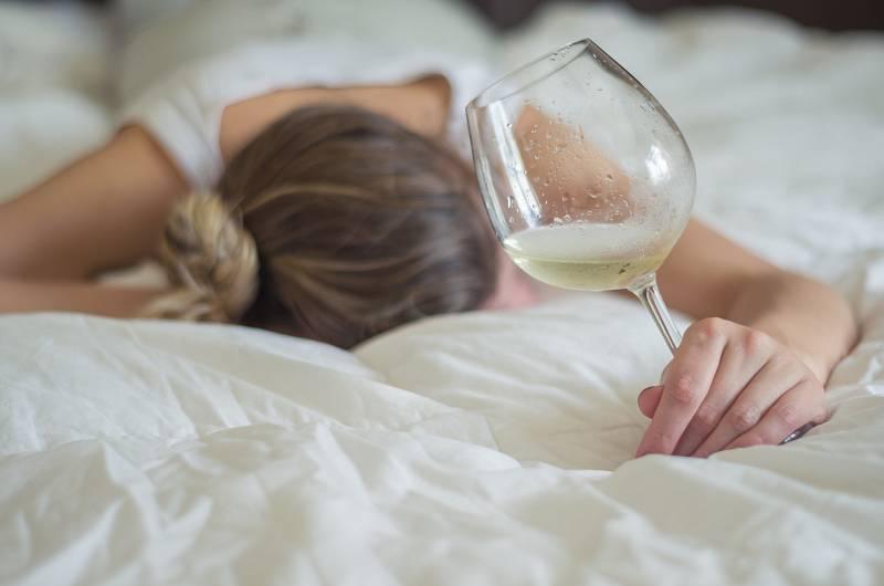 Alkohol, ale i cigarety činí spánek nekvalitním.