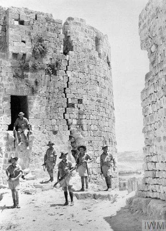 Australští vojáci v ruinách křižáckého hradu v libanonském Sidonu