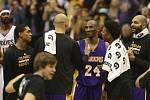 Kobe Bryant přijímá gratulace