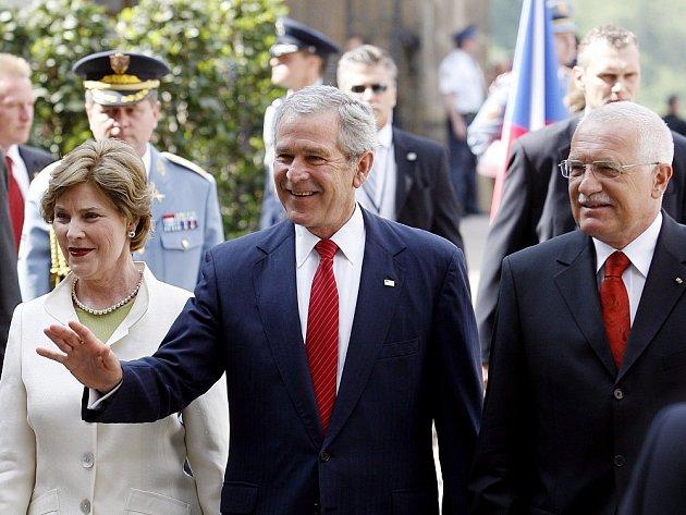 Prezident Bush s chotí u Václava Klause.