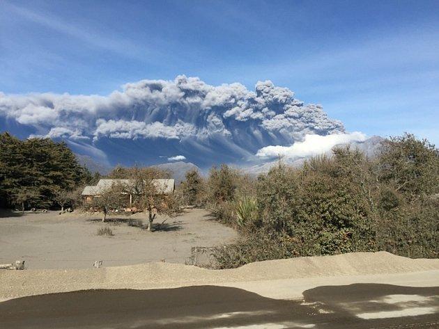 Chilské úřady evakuují z okolí sopky Calbuco přes 6000 lidí po jejím čtvrtečním výbuchu, který byl již třetím během posledních deseti dnů.