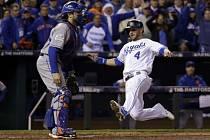 Alex Gordon z Kansas City Royals (vpravo) skóruje proti New York Mets.