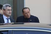 Silvio Berlusconi po příjezdu do domova důchodců, kde bude vykonávat veřejně prospěšné práce.