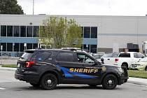 Vůz šerifa na místě střelby ve škole se zaměřením na přírodní vědy, techniku a matematiku v Highlands Ranch jižně od Denveru.