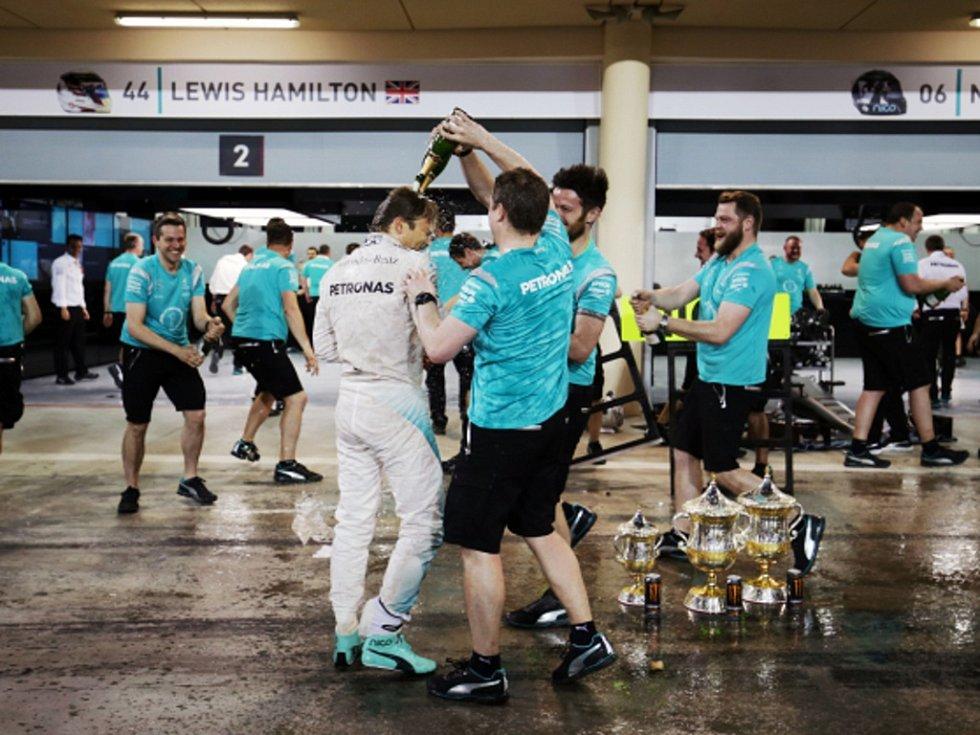 Nico Rosberg a jeho vítězná sprcha od kolegů ze stáje.