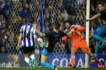 Brankář Arsenalu Petr Čech (v oranžovém) inkasuje gól od Sheffieldu.